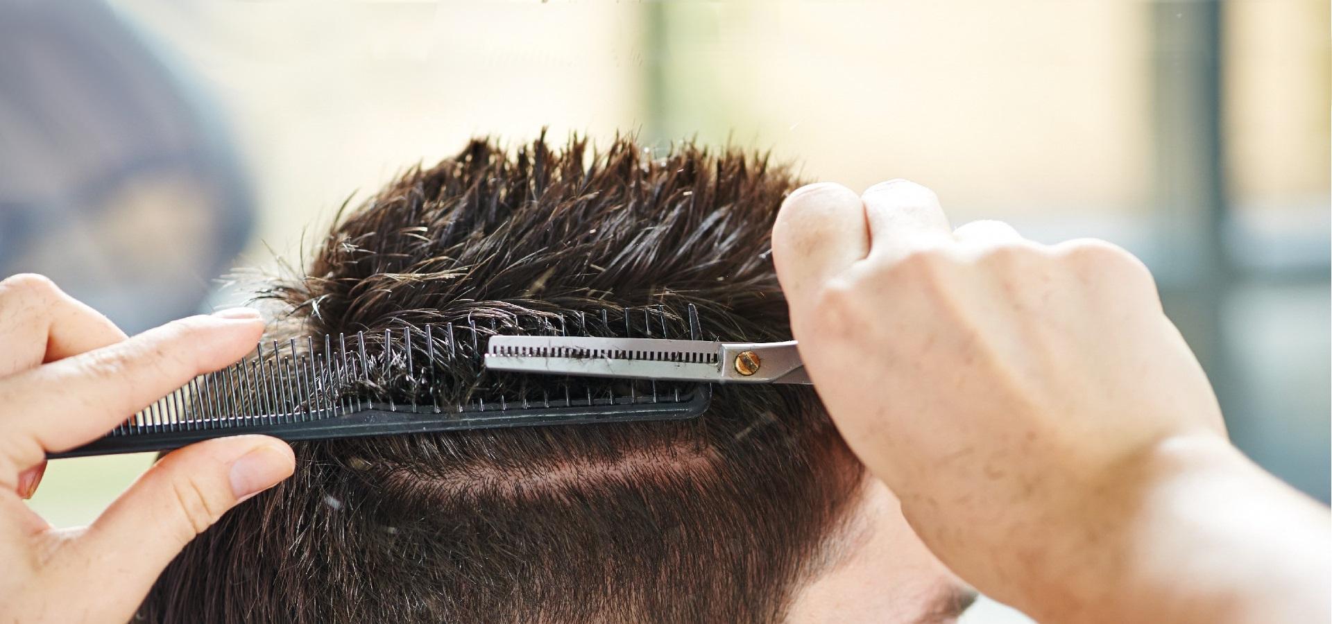 Il barber shop e parrucchiere Luca Conti sfoltisce i capelli