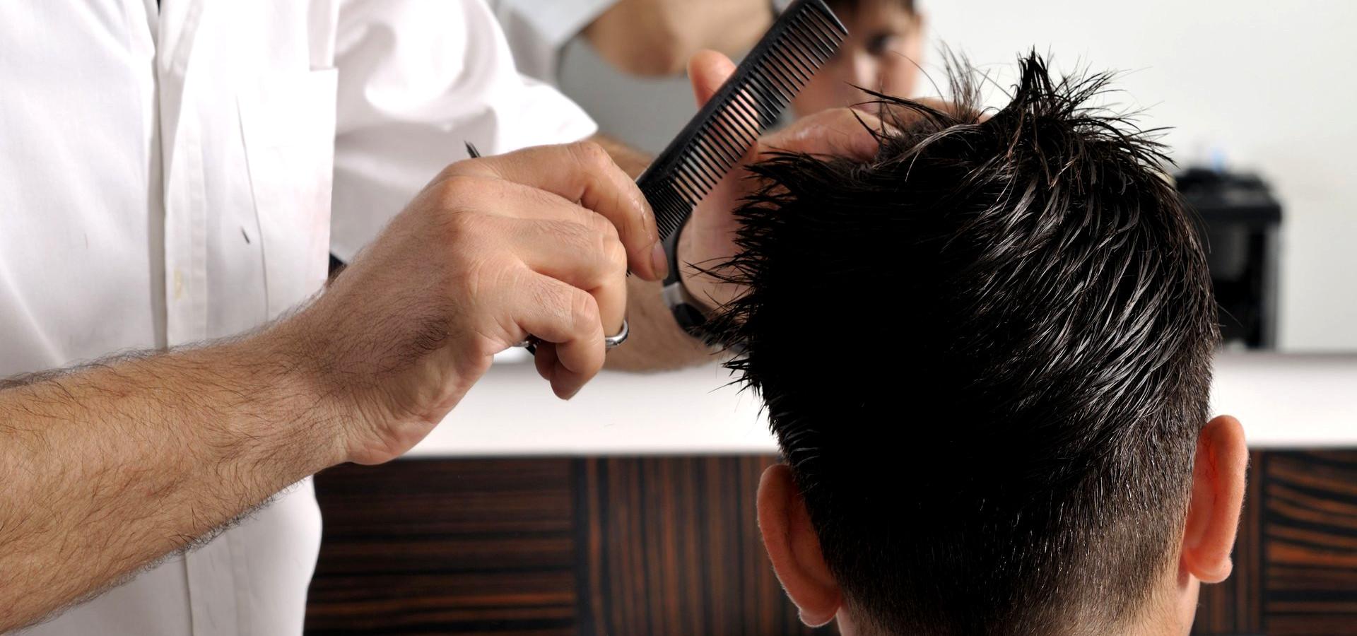Il barber shop e parrucchiere Luca Conti taglia i capelli con lama liscia