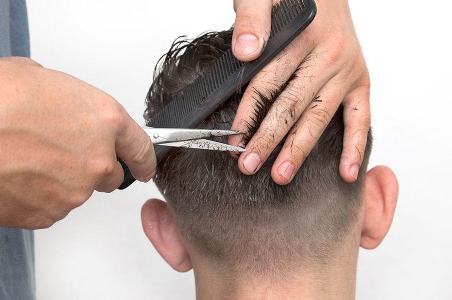 Il taglio capelli in punta di forbice