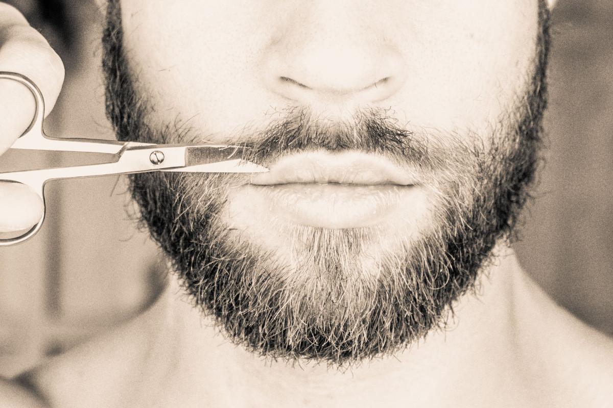le-forbici-del-barbiere-rifiniscono-la-barba